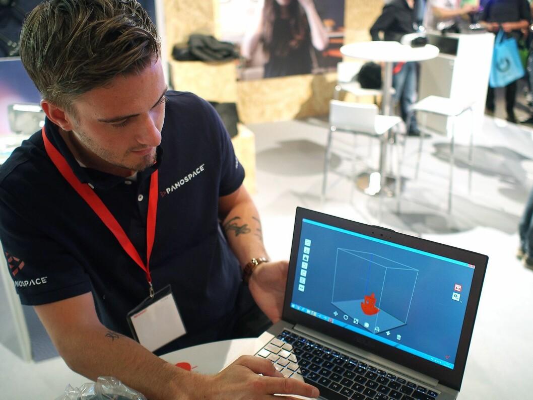 Ted Muchow viser frem designprogrammet til 3D-skriveren