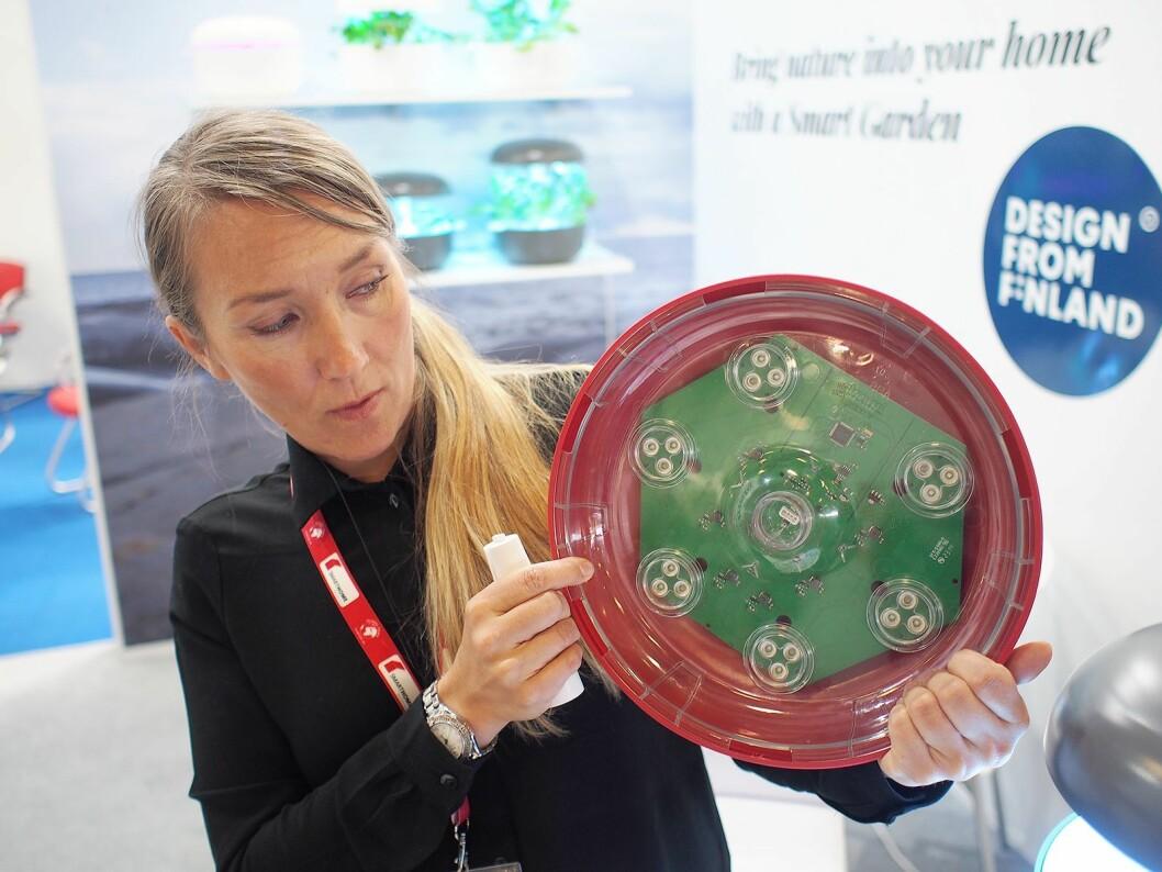 Sari Leka viser frem ledlampene som simulerer sollyset.
