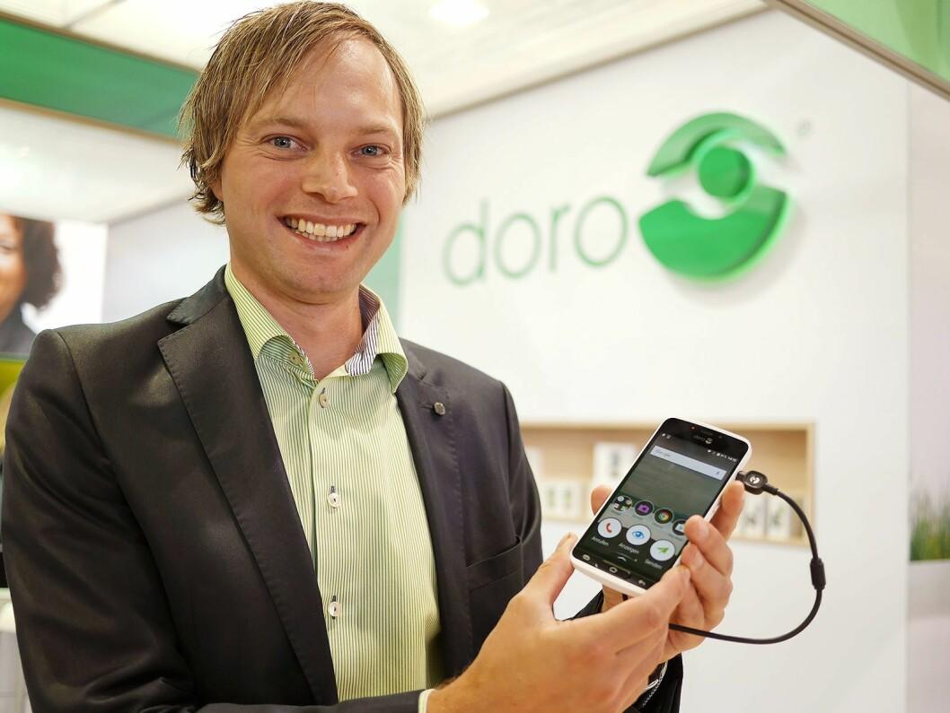 Nøkkelkundeansvarlig i Doro Norge, Anders Austad, sier selskapets telefoner nå får trygghetsknapp koblet direkte mot en alarmsentral. Foto: Stian Sønsteng