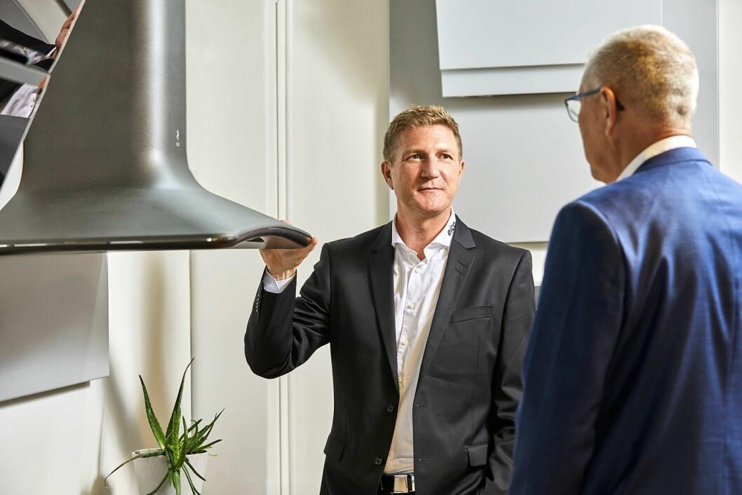 Trond Eide (t. v.) og Øyvind Nilsen med designventilatoren Sweet i støpejerns-look. Foto: Nils Krogh/Eico.