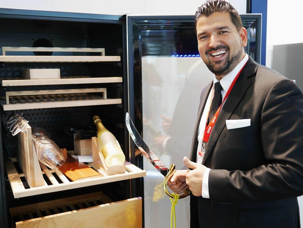 Christian Dugal synes det er sabla gøy å selge vinskap på IFA. Vinsabelen er også i sortimentet til Temptech. Foto: Stian Sønsteng