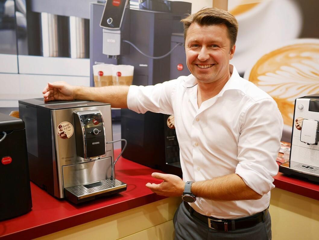 Morten Hoff, daglig leder og eier i Wilfa AS, med den helautomatiske kaffemaskinen Nivona 859. Foto: Stian Sønsteng