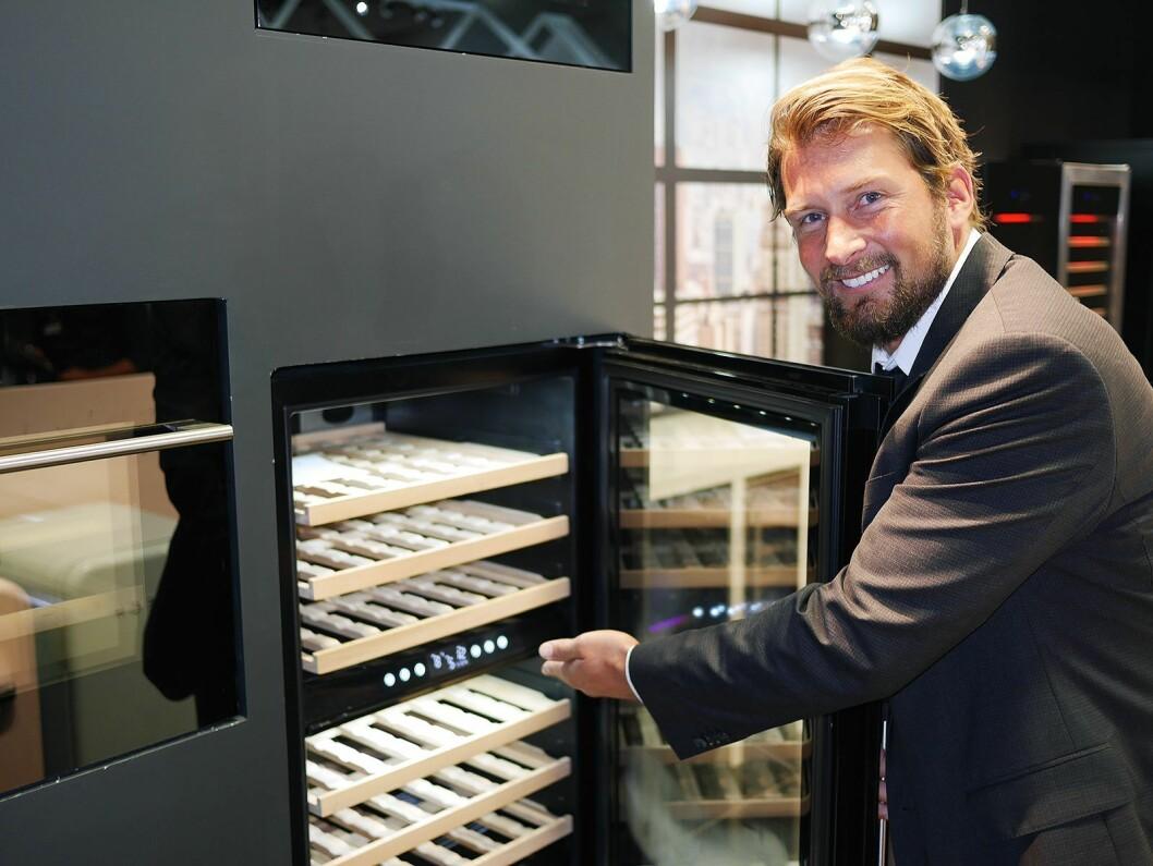 Daglig leder Christoffer Hamer med et av Temptechs nye integrerings-vinskap. Foto: Stian Sønsteng.
