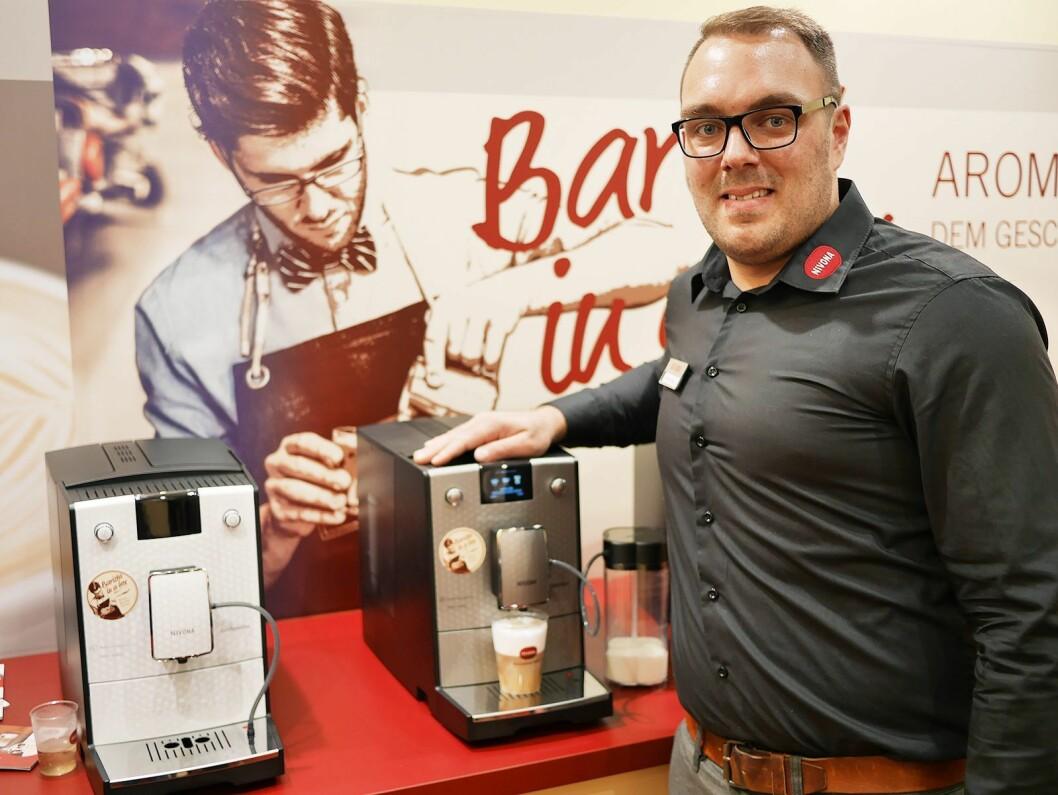 Kevin Kelly er teknisk sjef i Nivona Apparate GmBH i Nürnberg. Her med den helautomatiske kaffemaskinen 768. Foto: Stian Sønsteng