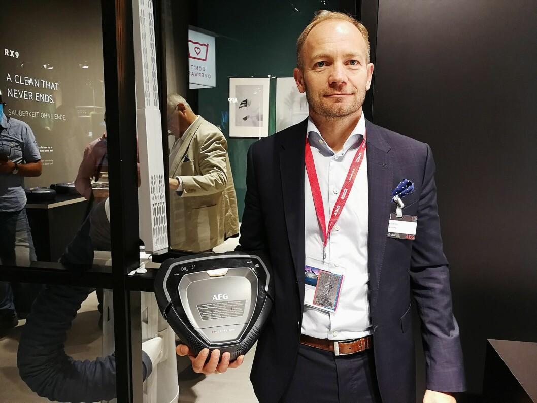 Hans-Erik Standal, nordisk nøkkelkundeansvarlig hos Electrolux, viser fram Purei9, selskapets nye, smarte robotstøvsuger. Foto: Marte Ottemo.