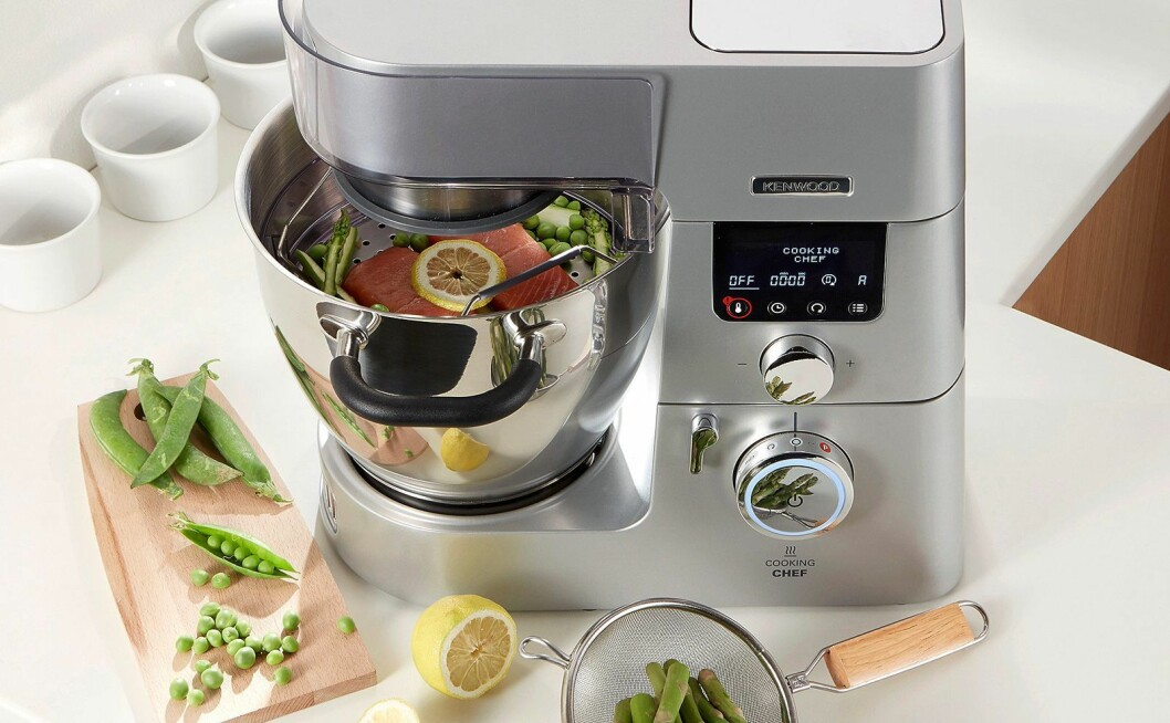 Kenwood kommer med en helt ny serie kjøkkenmaskiner, her ved Cooking Chef Gourmet, som også kan varme mat. Foto: Kenwood.