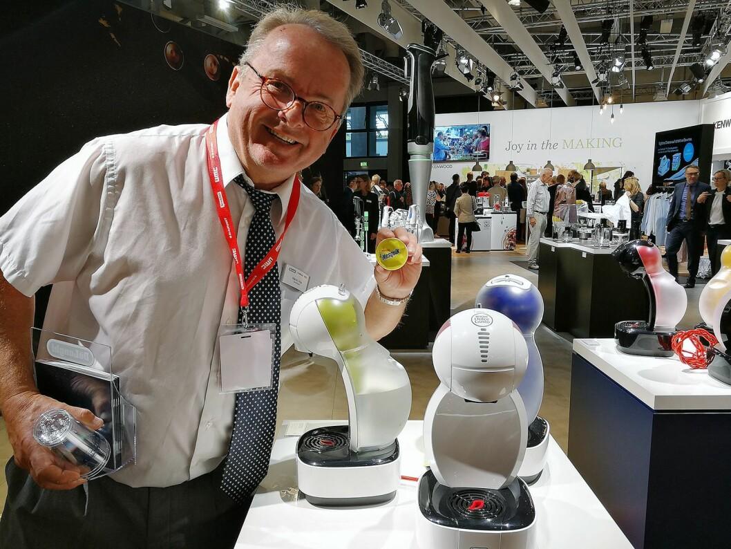 Martin Vinje, daglig leder i The Martin Vinje Company, viser fram den fargerike Nestlé Dolce Gusto Color kapselmaskinen. Foto: Marte Ottemo.