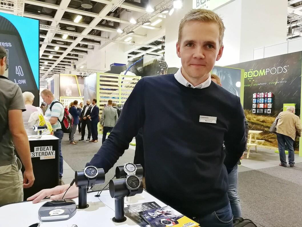 Mats Hellerud, nøkkelkundeansvarlig i Garmin, viser fram selskapets nye, smarte treningsklokker på årets IFA-messe. Foto: Marte Ottemo.