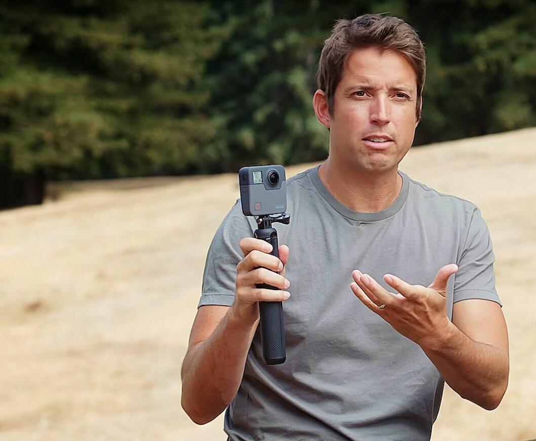 Gründer og administrerende direktør i GoPro, Nick Woodman, viser fram 360-kameraet GoPro Fusion. Foto: GoPro.