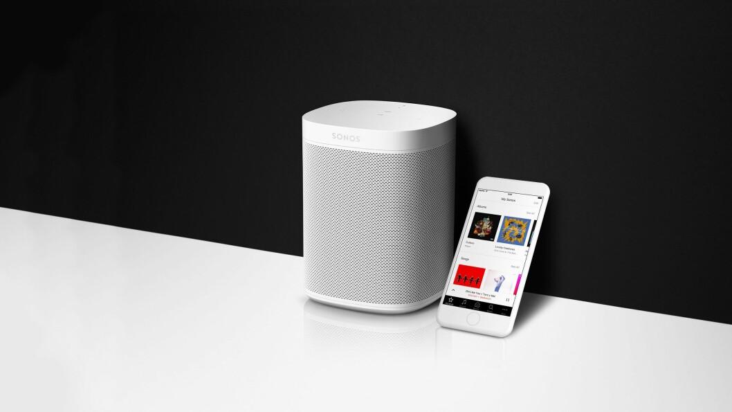 Sonos One er den første høyttaleren fra Sonos med stemmestyring, med seks mikrofoner, men den forstår ennå ikke norsk. Sonos-appen har fått nytt grensesnitt og nye funksjoner. Foto: Sonos