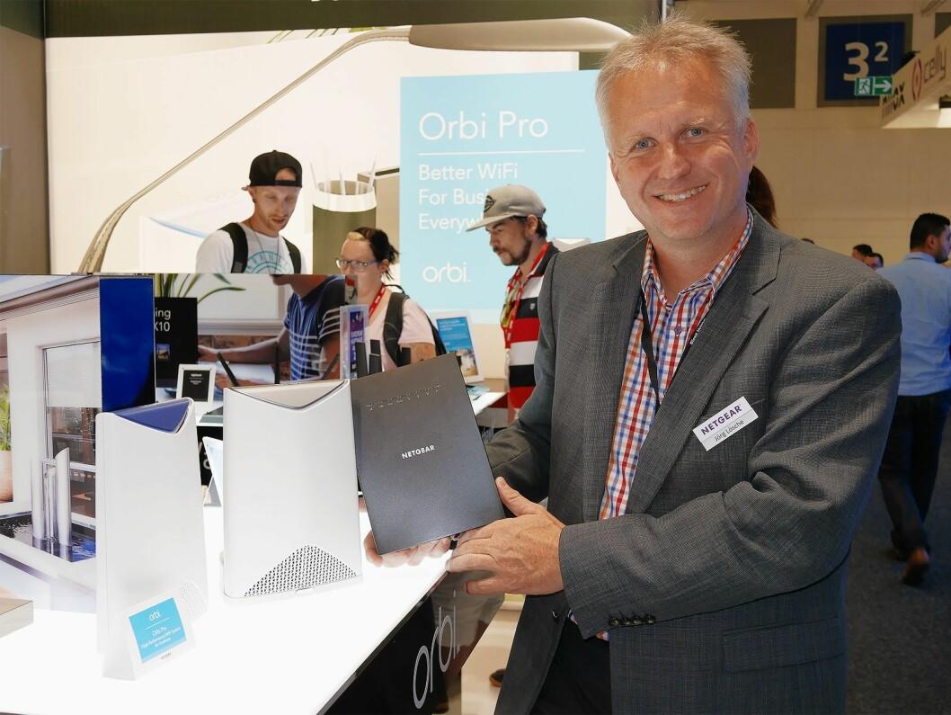 Jörg Lösche, seniordirektør for Sentral- og Øst-Europa i Netgear, med Orbi Pro og Nighthawk Mesh Extender. Foto: Stian Sønsteng