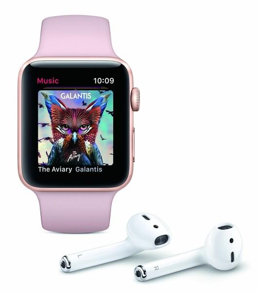 Apple Watch Series 3 kan brukes sammen med AirPods for å lytte til musikk, eller snakke i telefonen. Foto: Apple.