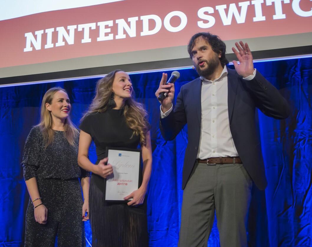 Therese Blomqvist (t. v.) og Inga Brit Brækken i Bergsala tok mot prisen for årets spillprodukt, som gikk til Nintendo Switch, av Stian Sønsteng. Foto: Tore Skaar.
