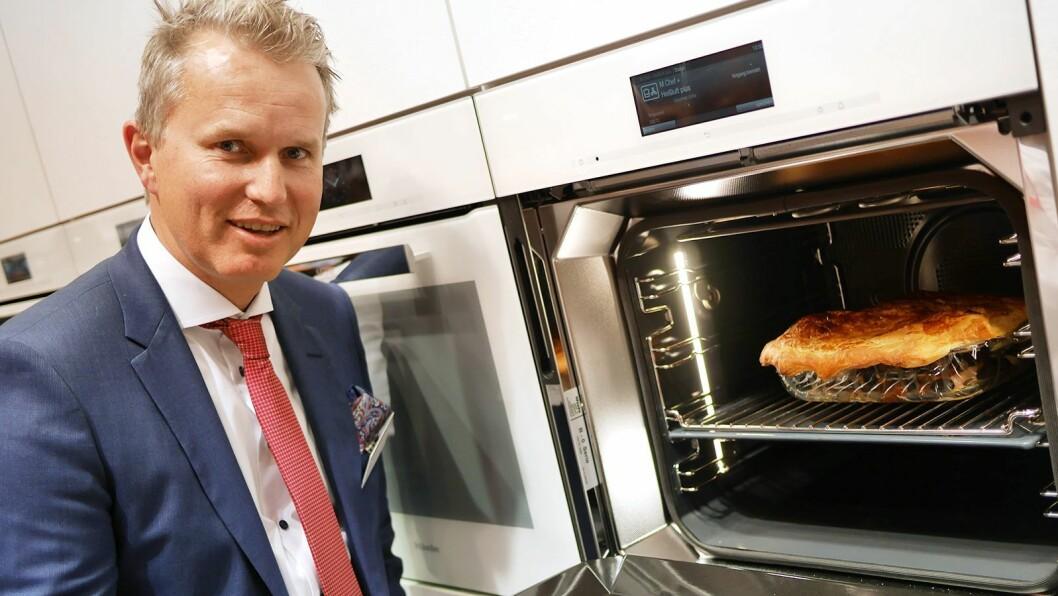 Norges-sjef Anders Kjekstad med Mieles nye dialogovn, som kommer i handelen i 2019. Foto: Stian Sønsteng
