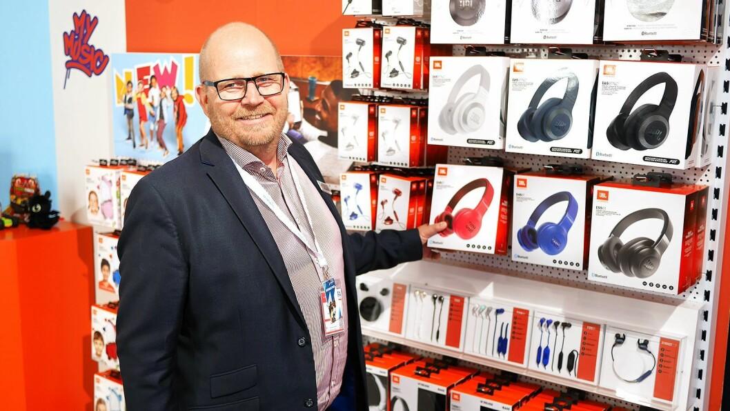 Frank Bruun med JBLs hodetelefoner. Foto: Stian Sønsteng