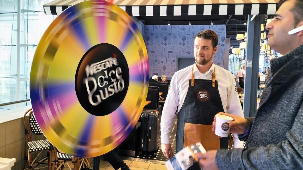 Forbipasserende kaffeelskere kunne ikke bare få en kopp kaffe på Dolce Gustos kaffebar, de kunne også vinne de nye maskinene. Foto: Marte Ottemo