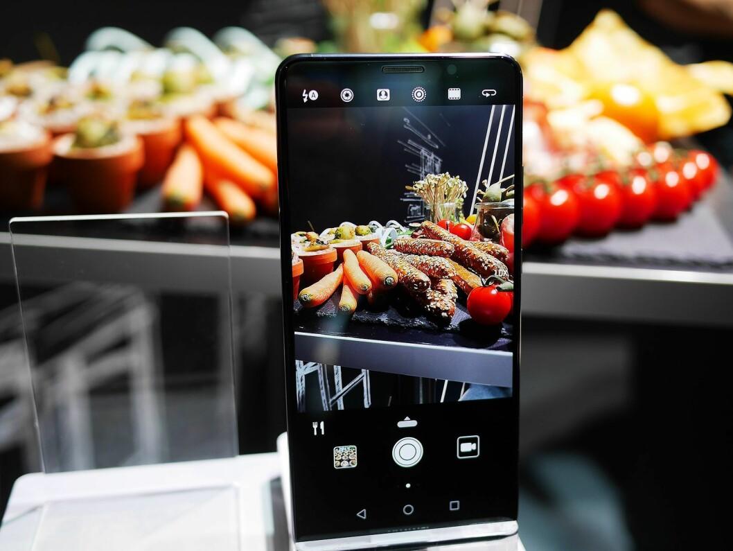 Slik demonstrerer Huawei hvordan Mate 10-modellene kjenner igjen motivet og automatisk velger den aktuelle fotomodus – her for mat. Foto: Stian Sønsteng.