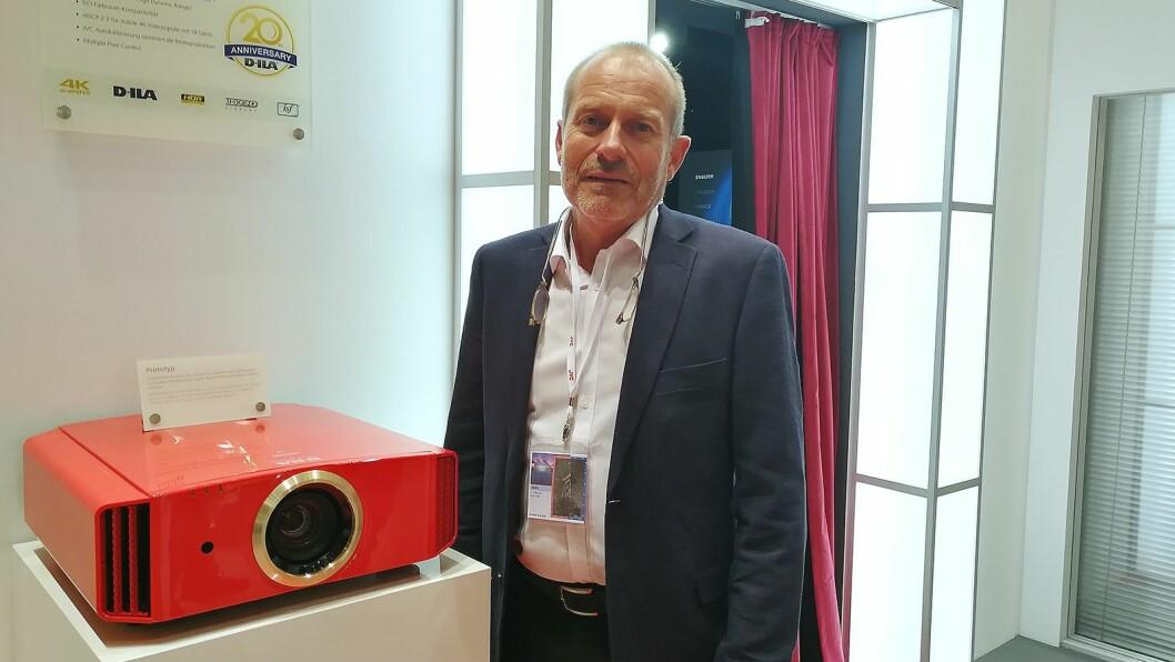 Jan Willy Jacobsen, internasjonal nøkkelkundeansvarlig i JVCKenwood, viser fram selskapets jubileums-projektor. Foto: Marte Ottemo