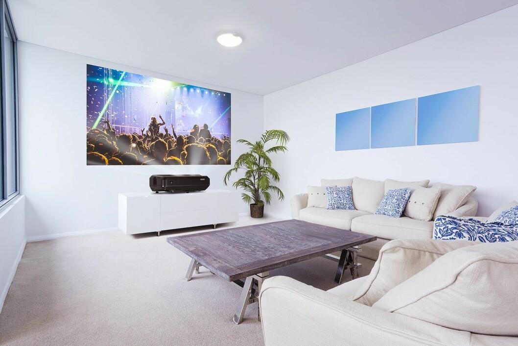 Med Epsons nye LS100 kan du ha projektoren på benken foran veggen. Foto: Epson