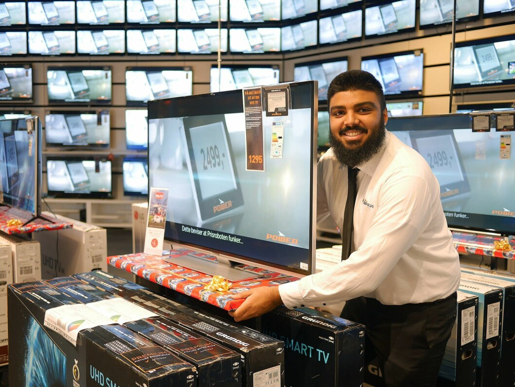 Hos Abdullah Sharif ved TV-avdelingen er de såkalte fuglebrettene apparatene står utstilt på pyntet med julepapir. TVen er en Grundig 49VLX8770. Pris: 9000,-. Foto: Stian Sønsteng