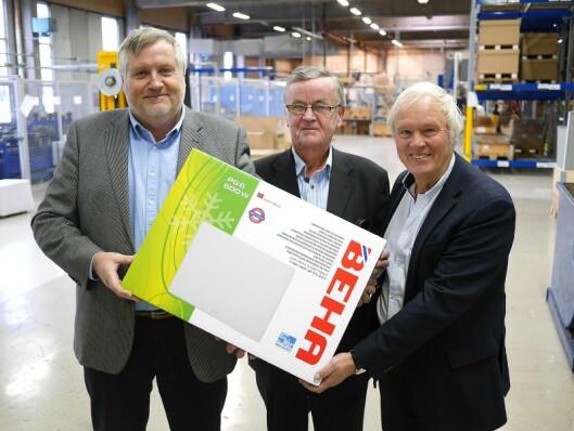Salgssjef Terje Lind (t. h.) i Beha, sammen med daglig leder Kjell Sletsjøe (f. v.) og styreleder Hans Petter Schanke. Foto: Stian Sønsteng.
