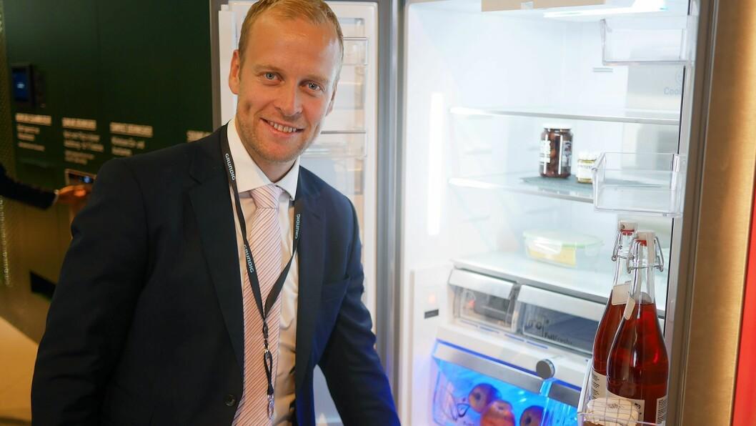 Nordisk markedssjef Bård Nordhagen i Grundig med et av de nye kjøleskapene med FreshMeter-teknologien. Foto: Stian Sønsteng
