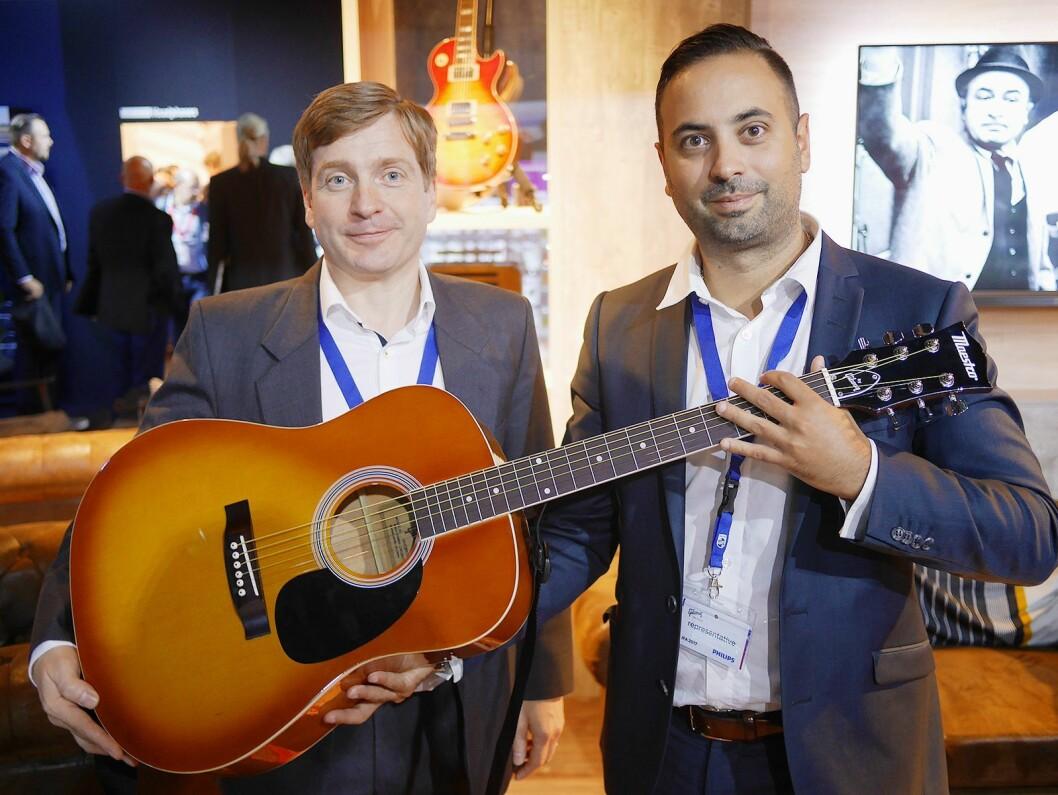 James Belok (t. v.) og Daniel Eriksson med Maestro by Gibson MA41BBCH, en fullstørrelses akustisk gitar i honning-utførelse. Pris: 1.500,- Foto: Stian Sønsteng