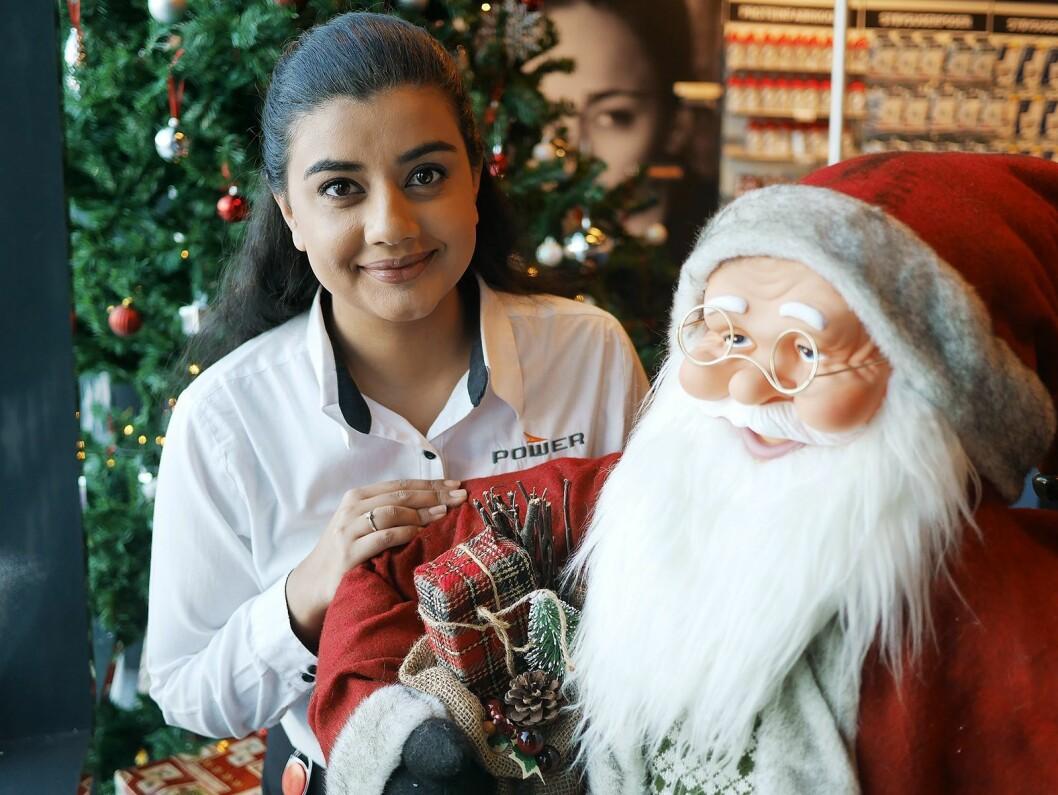Mariam Rana ved Power Drammen sier det skaper et fellesskap å gjøre butikken juleklar. Foto: Stian Sønsteng