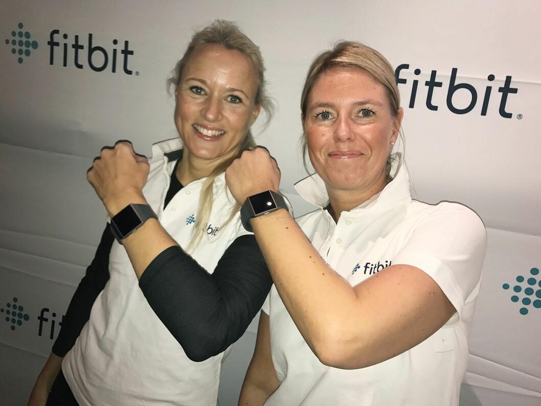 Christina Hovde Olsen, nordisk salgsansvarlig i Fitbit, og Lina Kjällström, nordisk markedssjef for verdikjeden, viser fram selskapets nyeste smartklokke. Foto: Fitbit