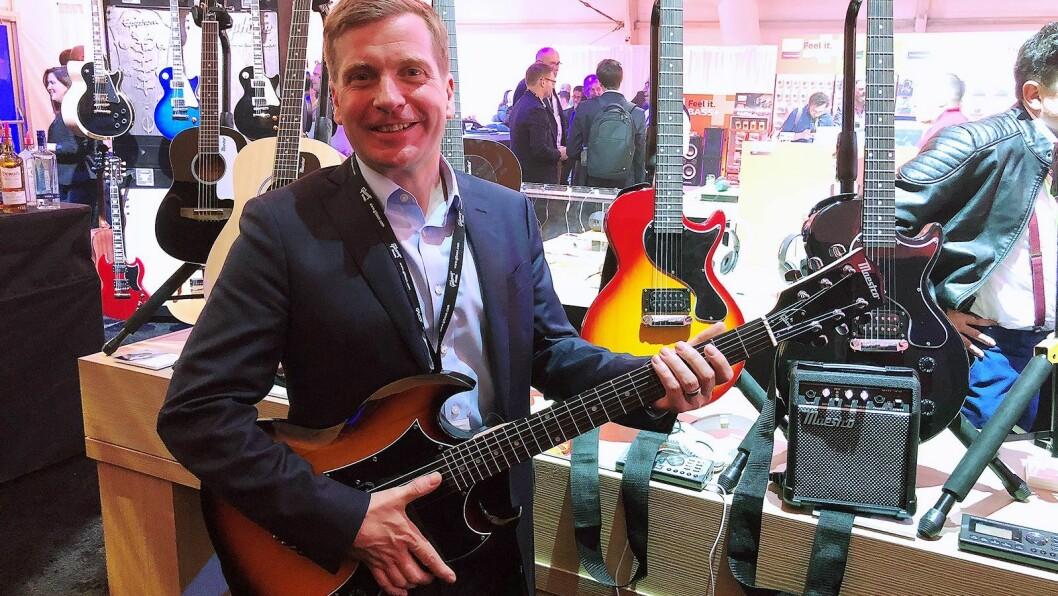 James Belok, globalt ansvarlig for Maestro by Gibson, med den nye gitarfargen de slipper i 2018-porteføljen. Foto: Stian Sønsteng.