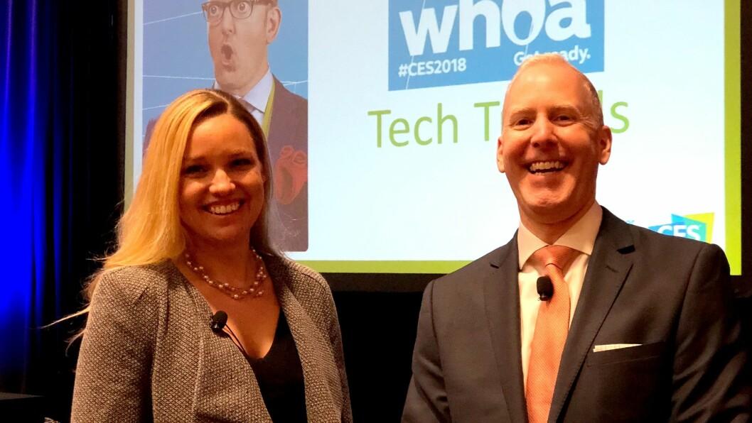 Steve Koenig (t. h.) og Lesley Rohrbaug i den amerikanske bransjeorganisasjonen Consumer Technology Association (CTA). Foto: Stian Sønsteng