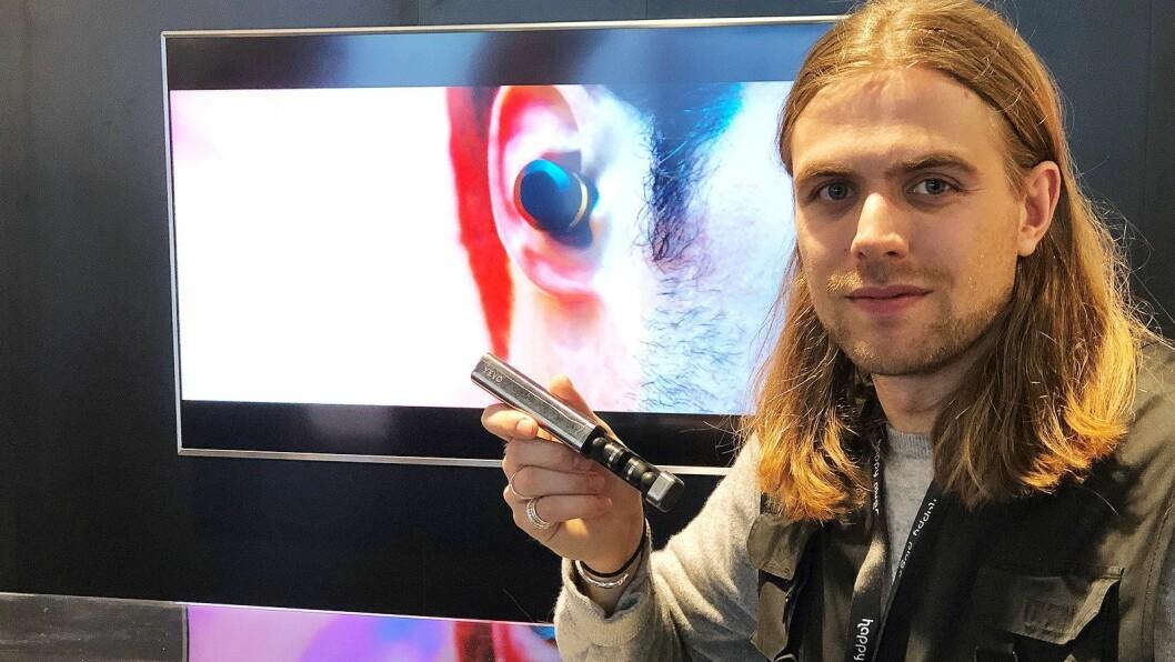Oscar Knaust i Yevo Labs og Happy Plugs med Yevo Humanium, med latefutteral i stål fra illegale våpen. Foto: Stian Sønsteng.