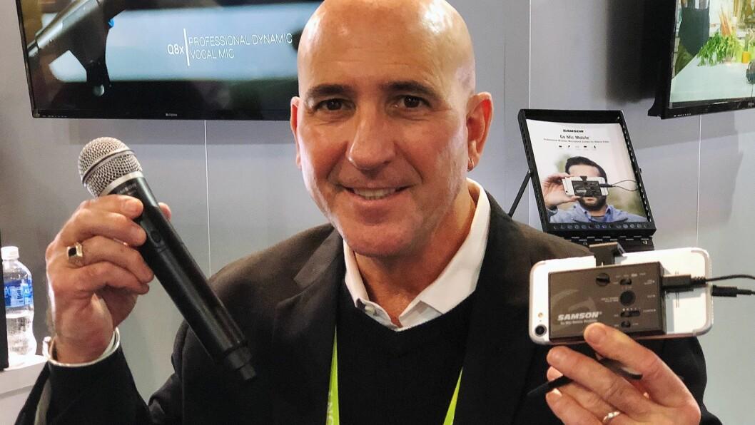 Internasjonal salgsdirektør Robert Caputo i Samson Technologies med Go Mic Mobile. Foto: Stian Sønsteng.