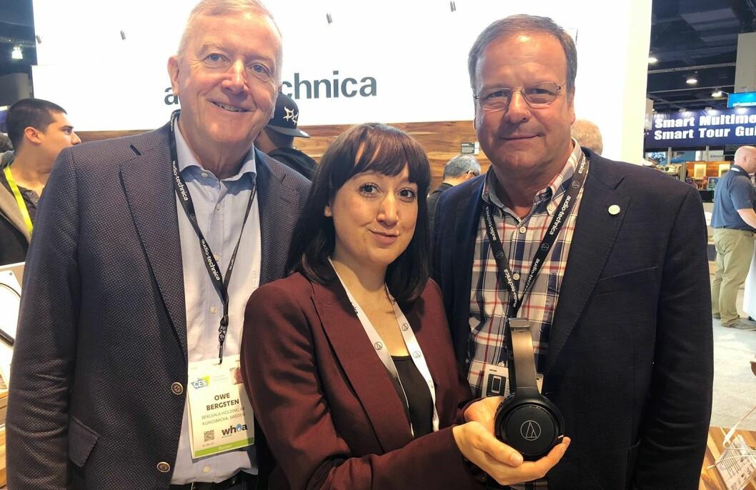 Fra venstre Owe Bergsten (Bergsala Holding), Rebecca Ward (Audio-Technica Limited) og Jonas Turitz (Bergsala Handic) med Audio-Technica ATH-S200BT. Foto: Stian Sønsteng.