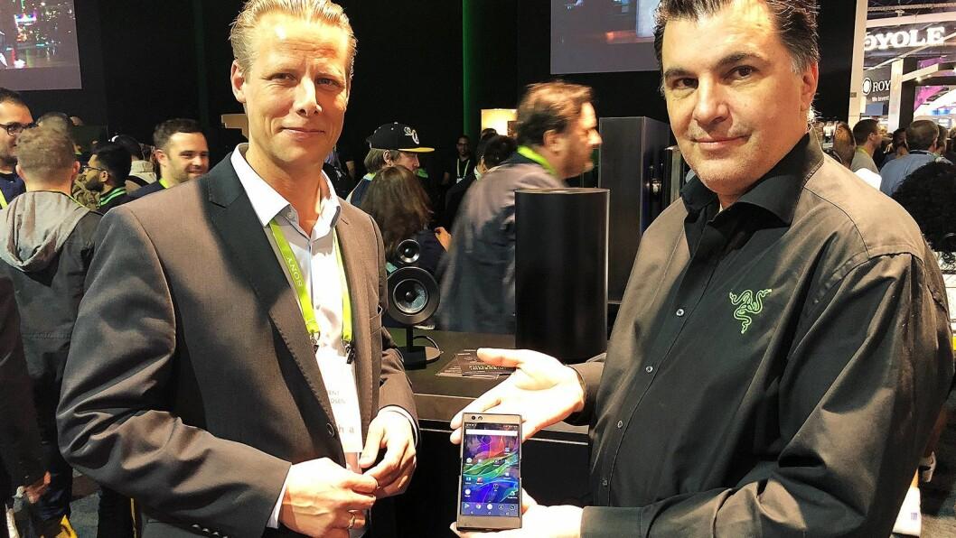 Razers europeiske toppsjef, Marco Chillon (t. h.) og Bent Madsen i Aurora Group foran det nye 2.1-systemet Nommo Pro. Chillon viser Razers mobiltelefon. Foto: Stian Sønsteng.