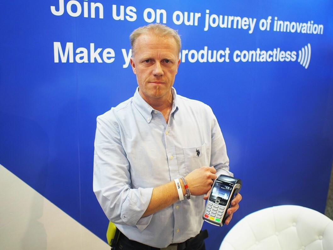 John Olav Olsen fra BankAxept viser hvordan en betaling med en ring vil foregå. Foto: Jan Røsholm