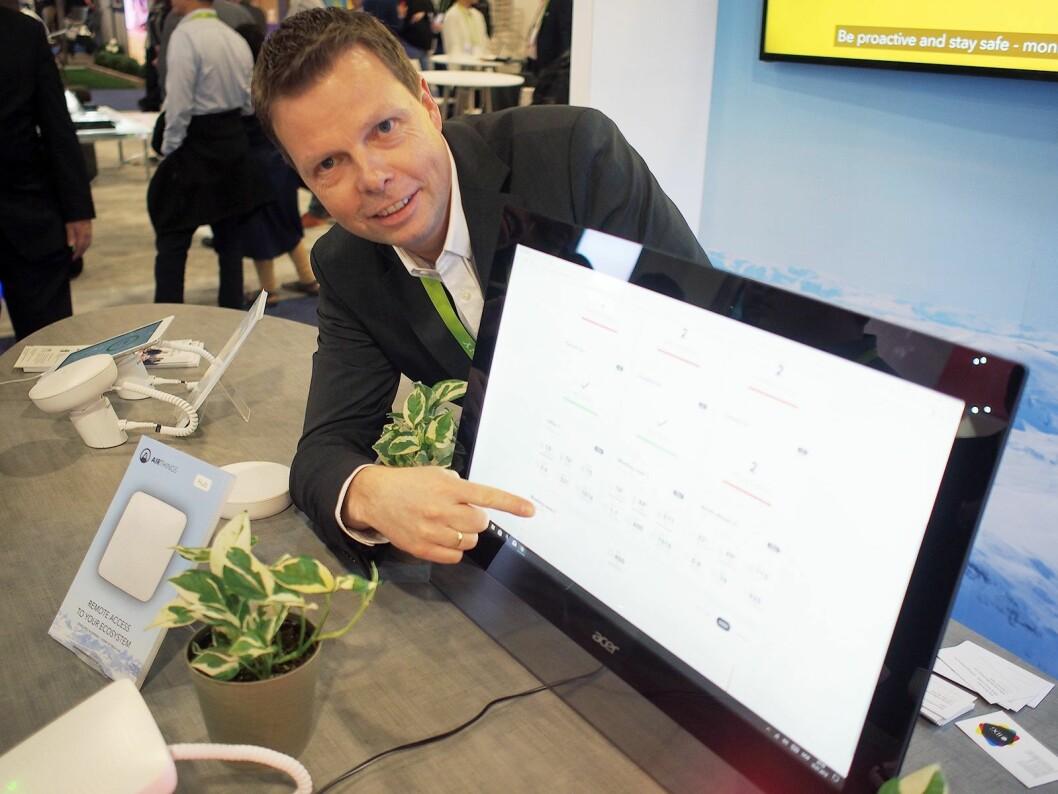 Øyvind Birkenes viser frem dashbordet, som vil gi brukeren en grafisk oversikt over luftkvaliteten i hele bygget. Foto: Jan Røsholm