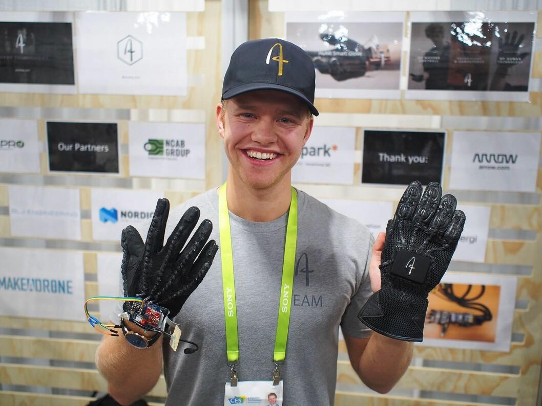 Magnus Arveng viser frem hansken med innebygde sensorer. Foto: Jan Røsholm