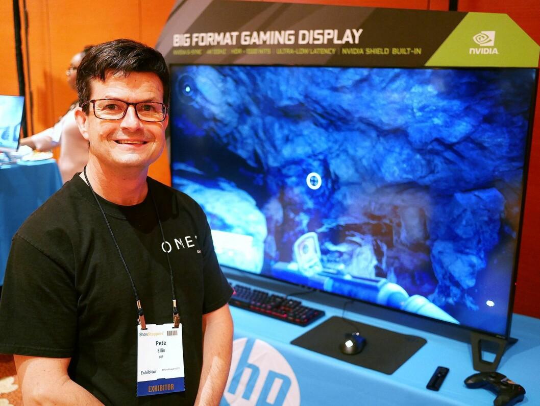 Pete Ellis, global produktsjef for Omen-skjermer i HP, med selskapets nye spillskjerm i storformat, Omen X65. Foto: Stian Sønsteng