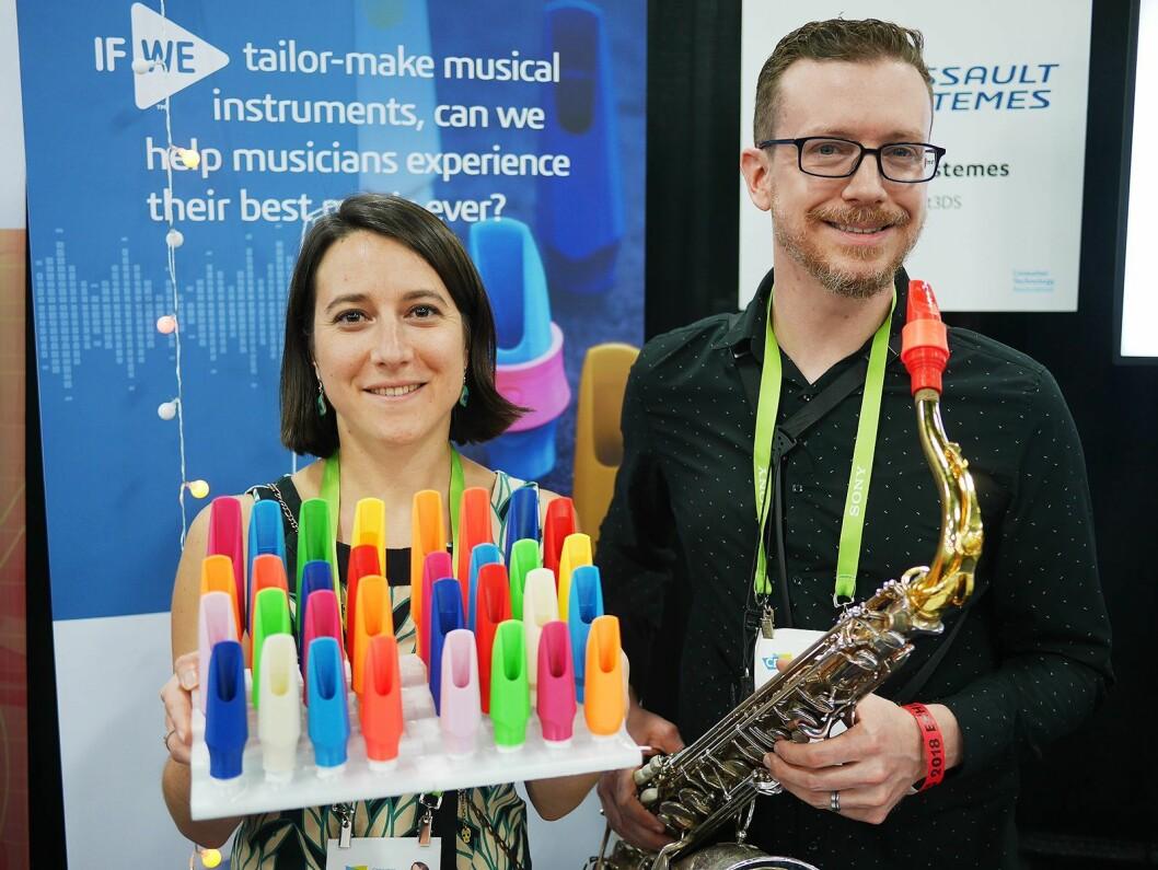 Pauline Eveno i franske Syos lager munnstykker for saksofoner på 3D-printere, og har i Las Vegas med seg Eddie Rich som spiller sammen med Boys II Men. Foto: Stian Sønsteng