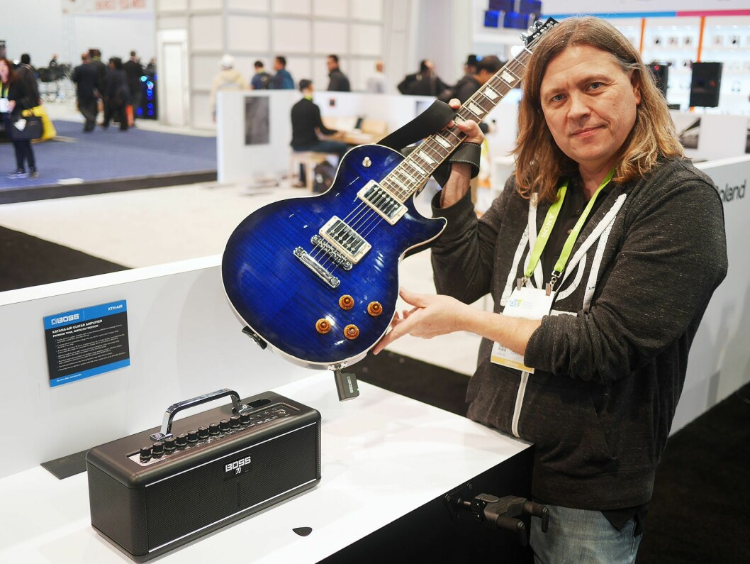 Jeff Slingluff i Boss U. S., en divisjon i Roland Corporation U. S, med gitarforsterkeren Boss Katana-Air. Denne går på batteri, og det følger med en trådløs sender. Foto: Stian Sønsteng