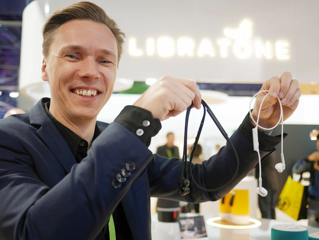 Uffe Kjems Hansen, global produktdirektør i Libratone, med Track+ (sort) og Track (hvit). Foto: Stian Sønsteng