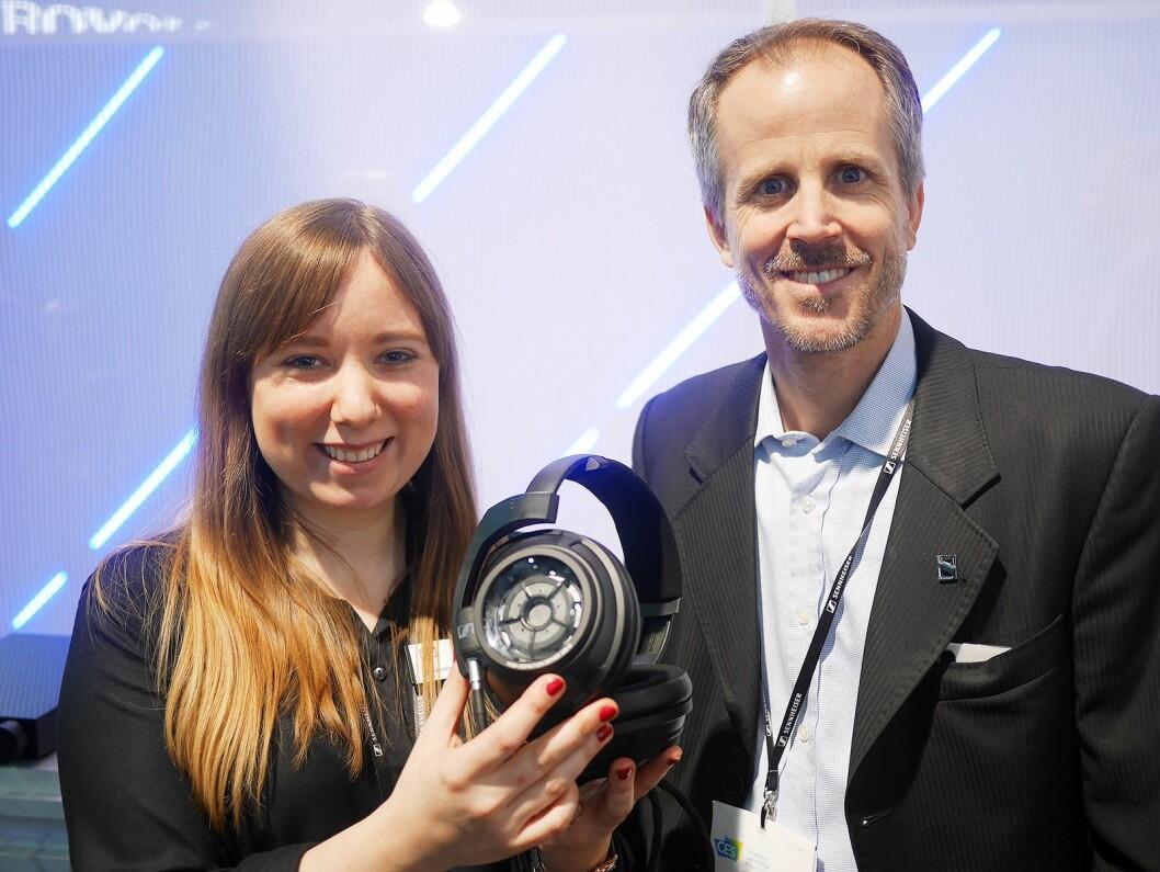 Andreas Sennheiser og Jacqueline Gusmag med den lukkede hodetelefonen Sennheiser HD 820, med glass på klokkene. Pris: 2.400 euro. Foto: Stian Sønsteng
