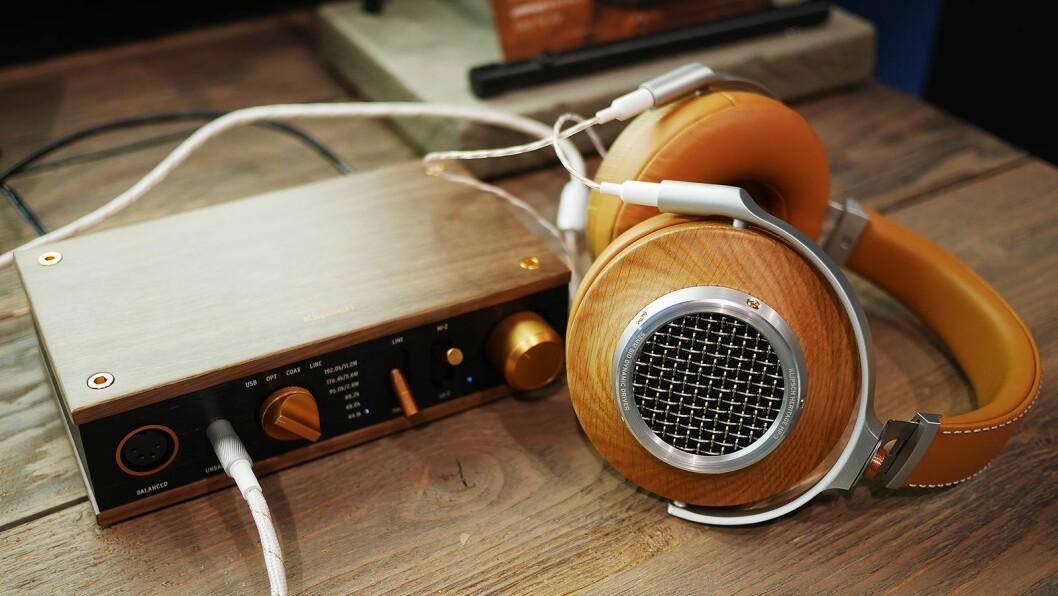 Klipsch' halvåpne hodetelefon Heritage HP-3 med hodetelefonforsterkeren i samme serie. Pris: 15.000,- og 7.000,- Foto: Stian Sønsteng