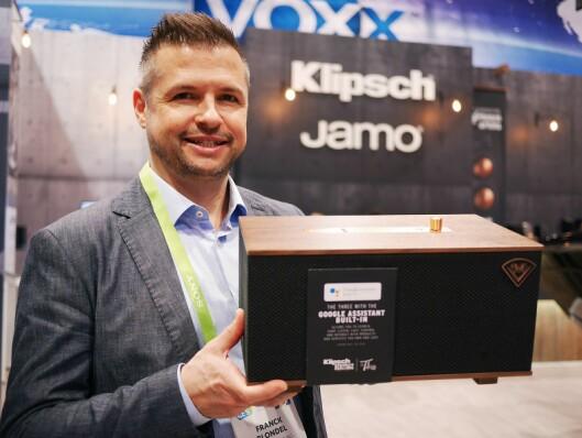 Franck Blondel, visepresident for salg og markedsføring i Europa, Midtøsten og Afrika, med det kompakte multiromsystemet Heritage Wireless Three. Foto: Stian Sønsteng
