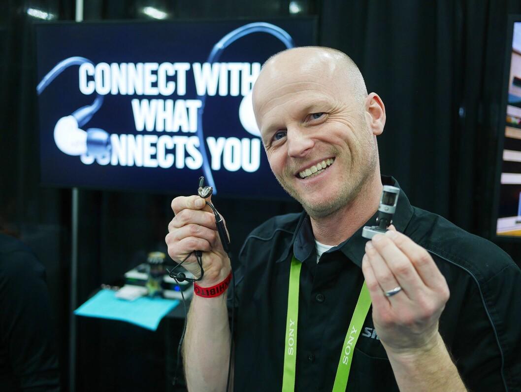 Matt Engstrom i amerikanske Shure Incorporated med den nye blåtannkabelen, og mikrofonen MV88. Foto: Stian Sønsteng