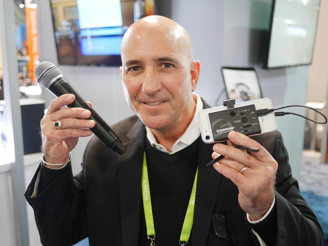 Internasjonal salgsdirektør Robert Caputo i Samson Technologies med Go Mic Mobile. Foto: Stian Sønsteng