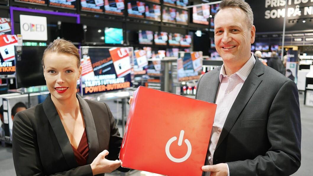 Administrerende direktør Jan Røsholm og kommunikasjonssjef Marte Ottemo i Stiftelsen Elektronikkbransjen legger onsdag 14. februar bransjetallene for 2017. Foto: Stian Sønsteng
