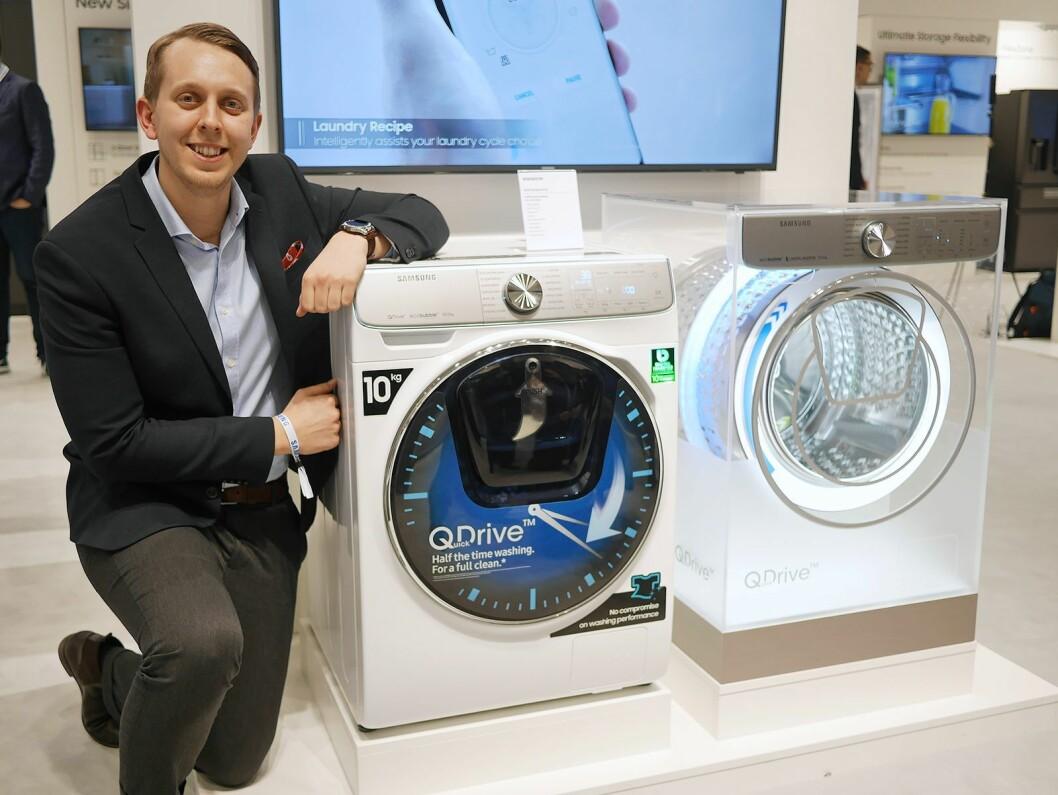 Mathias Johanssens, opplærings- og kommunikasjonssjef for hvitevarer i Samsung Electronics Norden, med toppmodellen 8800 i QuickDrive-serien. Pris: 17.000,- Foto: Stian Sønsteng.