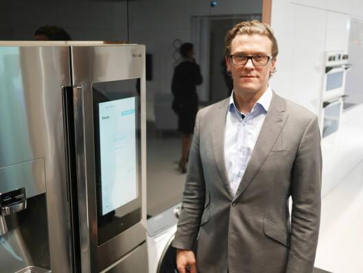 Dan Harvie er Samsungs sjef for hvitevarer i Europa. Her med Family Hub 3.0. Foto: Stian Sønsteng